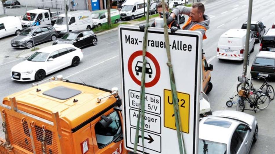 Ein Fahrverbotsschild für Fahrzeuge mit Diesel-Motor bis Euro5 wird an der Zufahrt zur Max-Brauer-Allee aufgehängt.