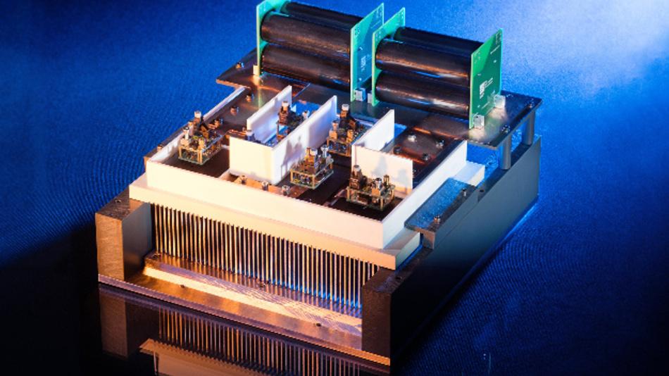 Einphasiger 20-kV-Leistungsstack mit 15-kV-SiC-MOSFETs, Treibern und anteiligen Zwischenkreiskondensatoren.