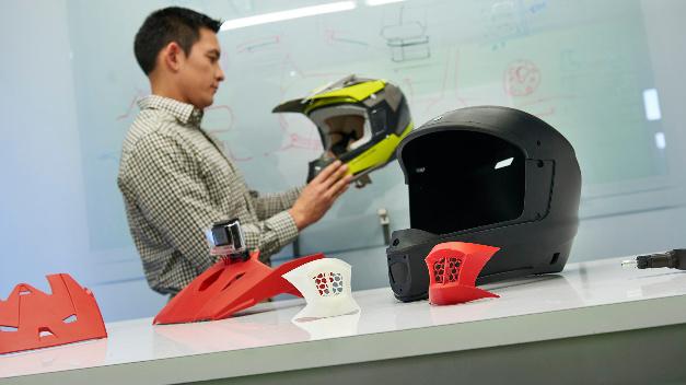 Motorhelm aus dem 3D-Drucker. Stratsys Maschinen machen es möglich.n