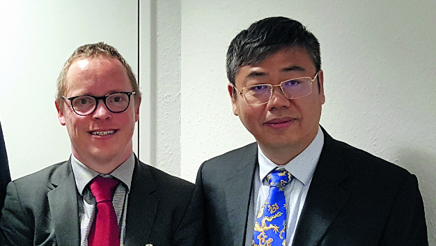 George Yin, der Präsident von Mornsun (rechts), mit unserem Redakteur Ralf Higgelke.