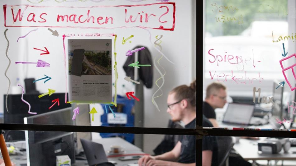 Nordrhein-Westfalen, Paderborn: Mitarbeiter einer Start-up-Firma sitzen in den Räumen der Garage33.