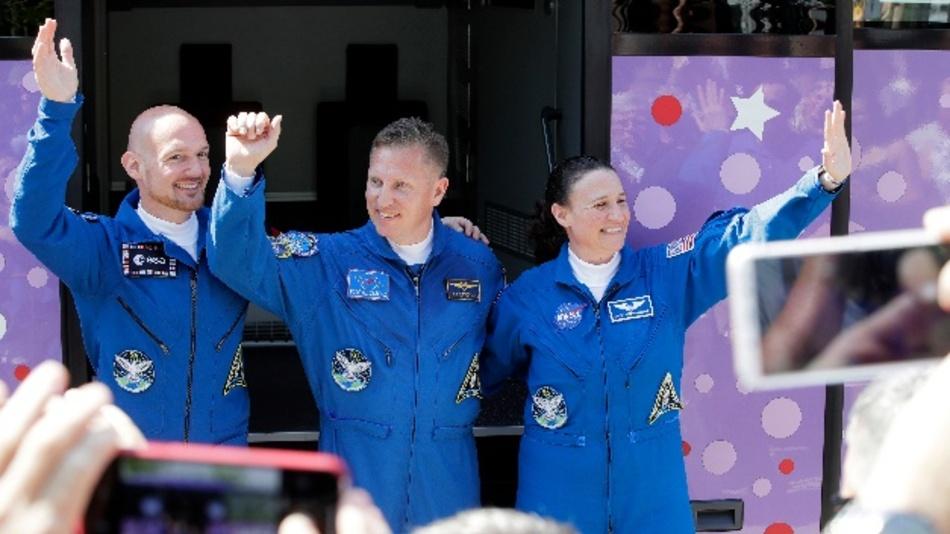 Der deutsche Astronaut Alexander Gerst (l-r), der russische Kosmonaut Sergej Prokopjew und die US-amerikanische Astronautin Serena Aunon-Chancellor winken vor ihrer Abfahrt mit einem Bus vom Hotel zum Kosmodrom. Vier Jahre nach seiner ersten Mission bricht der deutsche Astronaut mit dem Team mit einer Sojus-Rakete vom russischen Weltraumbahnhof Baikonur zu seiner zweiten Mission auf der ISS auf.