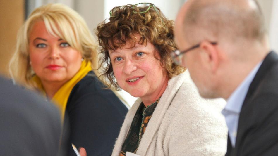 Sylvia Kegel (Mitte), Deutscher Ingenieurinnenbund e.V.: 'Es heißt die Fachkräftemangel'! Links: Tanja Friederichs von Puls, rechts Thomas Hegger vom VDE).