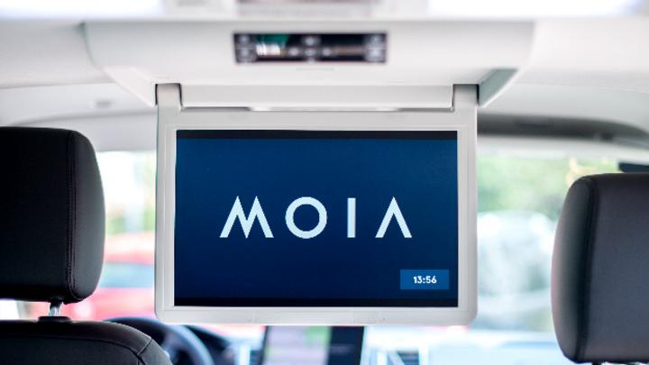 Der Schriftzug MOIA steht auf einem Display in einem Volkswagen T6 des Mobilitätsunternehmens MOIA