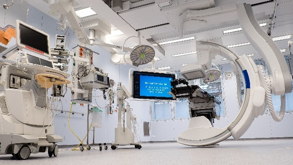 Blick in einen neuen Hybrid-Operationssaal am Universitätsklinikum Schleswig-Holstein. Die Operationssäle sind u.a. mit dem »da Vinci«-Chirurgiesystem und einer neuartigen Navigationstechnologie für Wirbelsäulenoperationen ausgestattet.