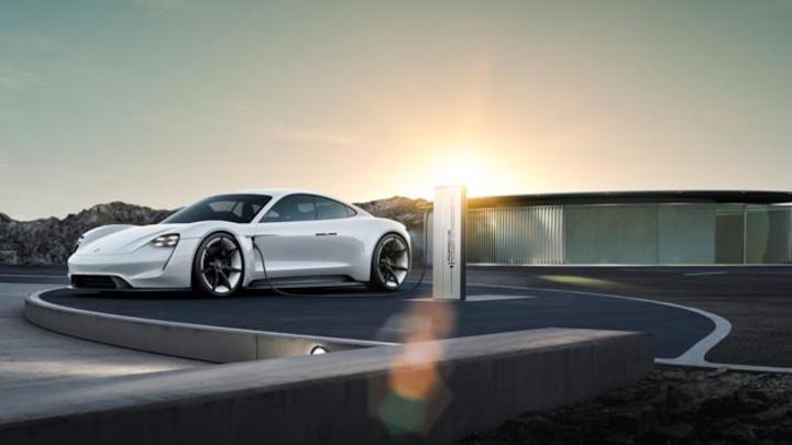 Die Konzeptstudie Mission E wird als Porsche Taycan, was soviel wie lebhaftes junges Pferd bedeutet, serienmäßig auf die Straße kommen.