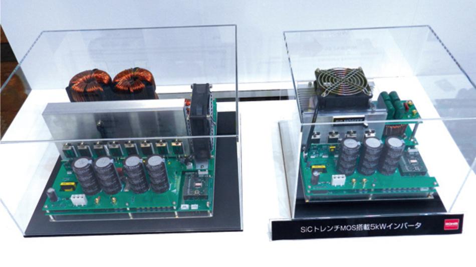 SiC-Dioden erreichen höhere Schaltfrequenzen, weshalb kleinere Spulen und Kondensatoren Einsatz finden können. Das reduziert das Volumen und das Gewicht der Inverter. Links ist ein Inverter zu sehen, der auf Basis herkömmlicher Silizium-Dioden und -Transistoren aufgebaut ist. Der rechts zu sehende Inverter mit SiC-Komponenten ist deutlich kleiner und leichter.
