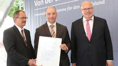 Bundesminister Peter Altmaier (re.) zeichnete auf dem Innovationstag Mittelstand das »Kunstgelenk – Netzwerk Endoprothetik« als ZIM-Netzwerk des Jahres 2018 aus.