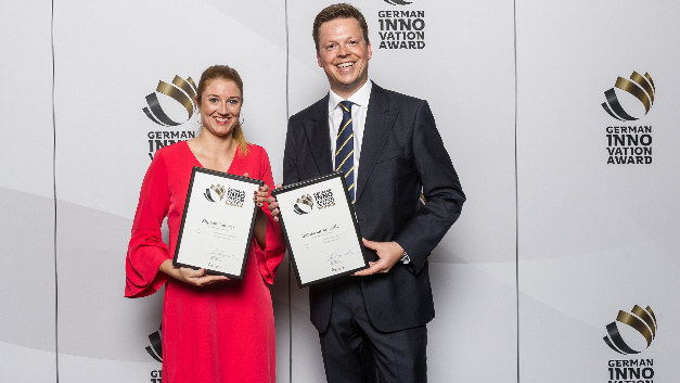 Freuten sich über die Ehrungen mit dem German Innovation Award 2018: Tosha Hübert, Marketing Managerin bei Weidmüller (li.) und Benjamin Hollmann, Leiter Marketing Management bei Weidmüller (re.) mit den Auszeichnungen für Klippon Connect und Industrial Analytics.