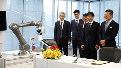 Vertreter von Omron und Techman Robot