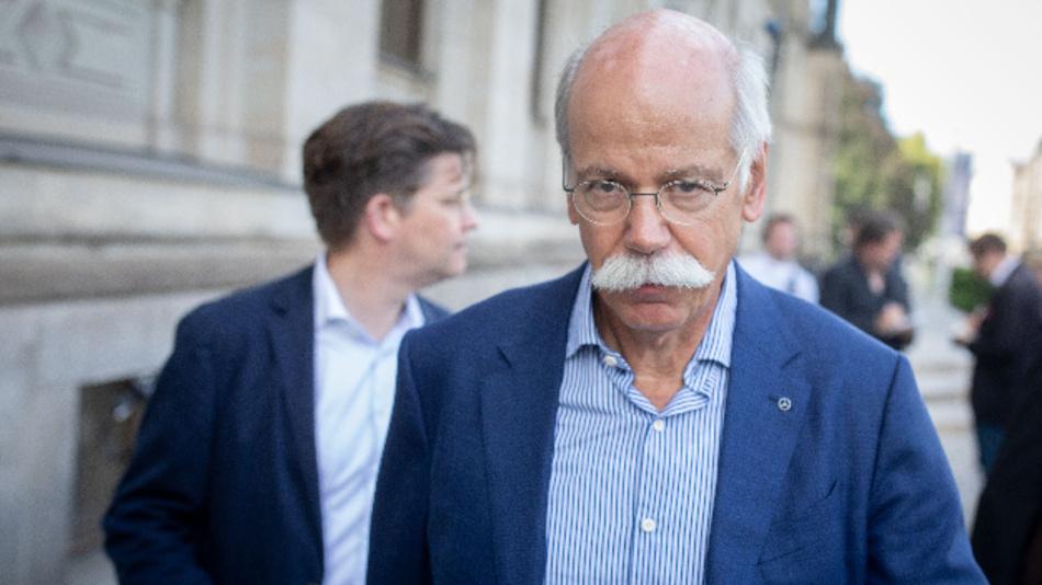 Dieter Zetsche, Vorstandsvorsitzender bei Daimler, und Eckart von Klaeden (links), Leiter der Abteilung Politik und Außenbeziehungen bei Daimler, verlassen das Bundesministerium für Verkehr und digitale Infrastruktur.