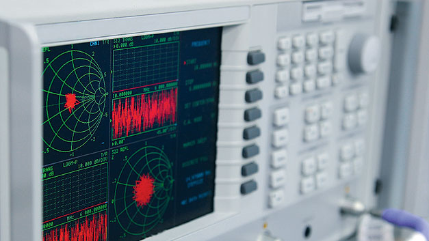 Antennenarrays sind sinnvoll einsetzbar, wenn die Phase des Sendesignals für jedes Antennenelement gesteuert werden kann.