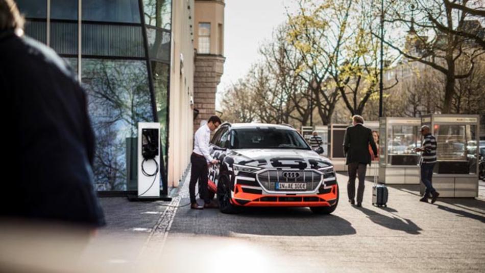Audi vernetzt den e-tron mit dem Haus des Nutzerns, um komfortables und kostenoptimiertes Laden mit eigenerzeugten Strom via Photovoltaikanlage zu ermöglichen.