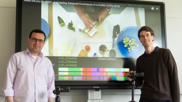 Prof. Dr. Jürgen Gall (rechts) und Yazan Abu Farha vom Institut für Informatik der Universität Bonn präsentieren ihren vorhersagenden Algorithmus