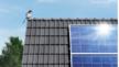 Dach eines Wohnhauses mit einem Solarmodul.