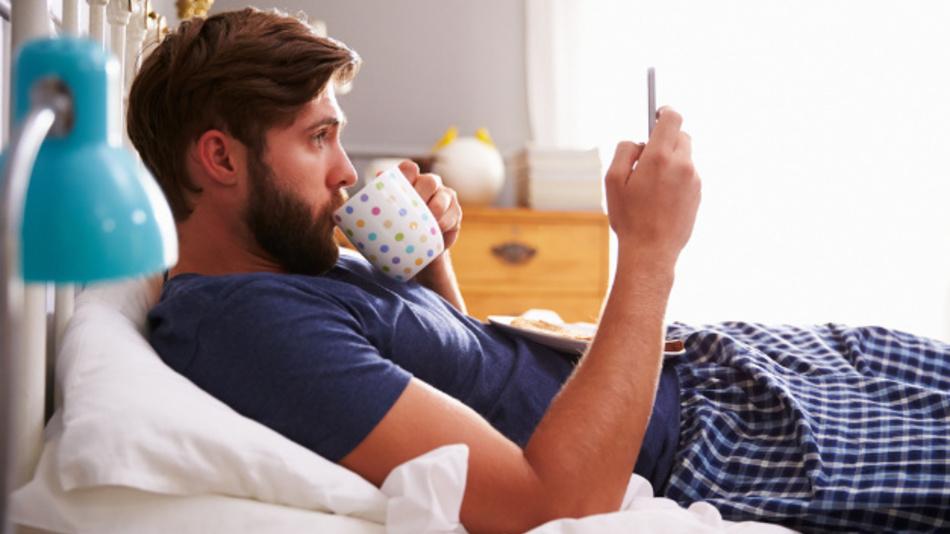 Frühstück im Bett mit Smartphone: heute eine alltägliche Situation.