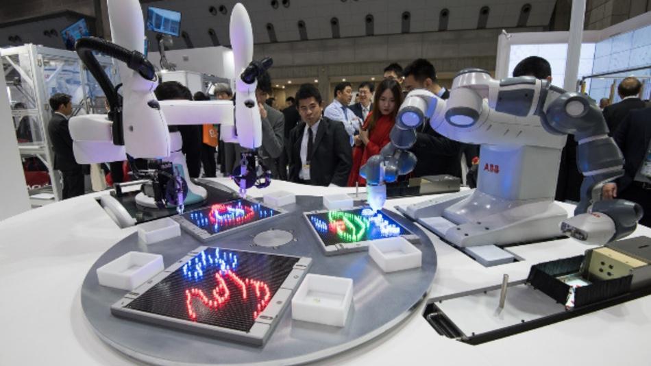 Zwei Roboter, zwei Marken, eine Bedienoberfläche: Yumi und Duaro lassen sich mit über eine einheitliche Bedienoberfläche programmieren und bedienen.