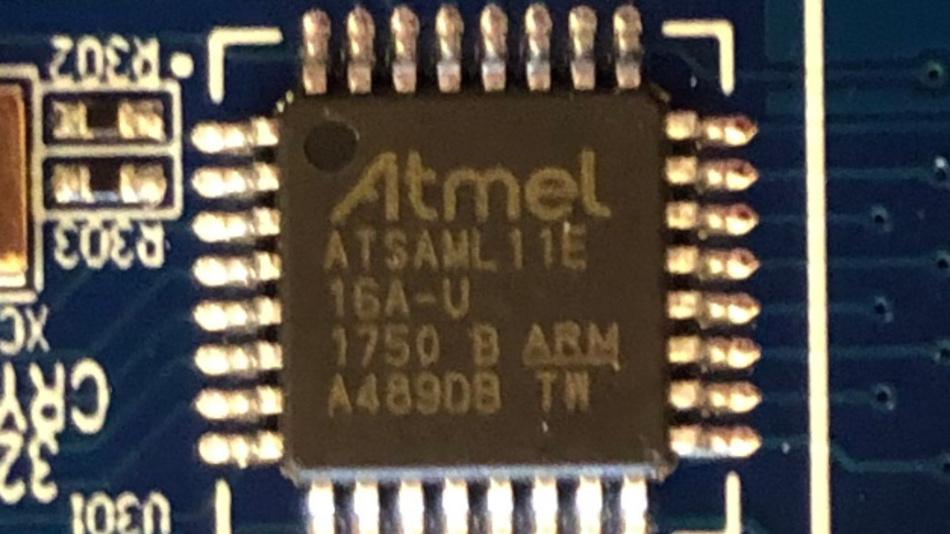 Das Entwicklungsprojekt wurde zweifelsfrei noch zu ATMEL-Zeiten gestartet, wie dieser reale SAM L11-Chip beweist.