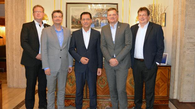 Die künftige Zusammenarbeit fest im Blick: Fabian Hoppe, Michael Matthesius, Achim Schreck, Jörg Timmermann und Jochen Rafalzik (v.l.n.r.) nach der Vertragsunterzeichnung.