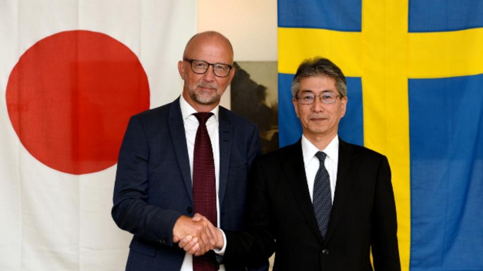Von links: Martin Sjöstrand, Geschäftsführer von Powerbox, und Masato Tanikawa, Aufsichtsratsvorsitzender und Geschäftsführer von Cosel.
