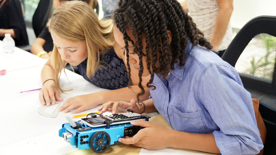 Die Gesellschaft für Pädagogik, Informationen und Medien e.V. (GPI) zeichnete den Lehr-Roboter TI-Innovator Rover mit der Comenius-EduMedia-Medaille aus.