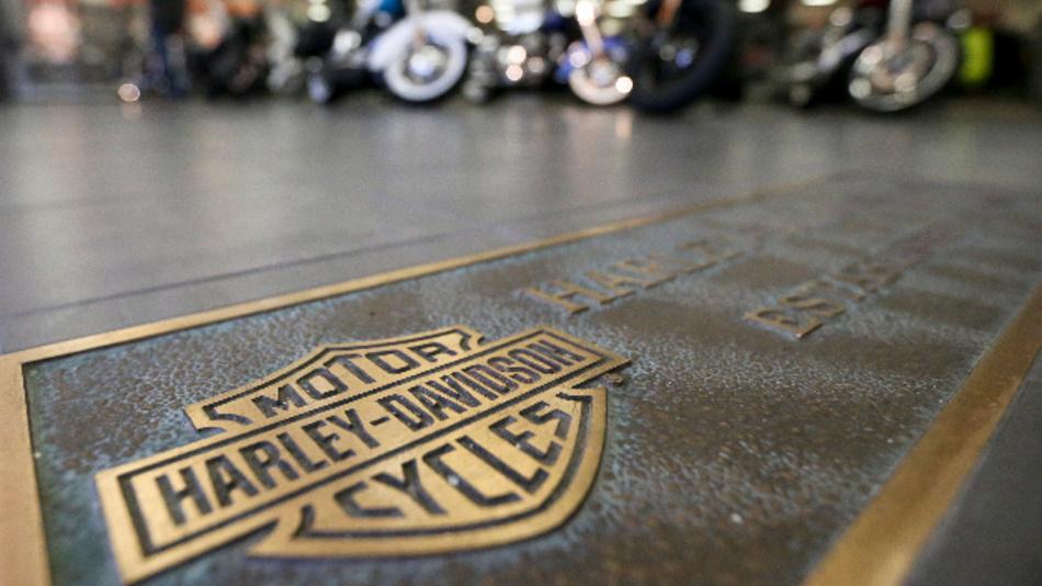 Harley-Davidson wird wegen der EU-Vergeltungszölle auf amerikanische Waren einen Teil seiner Produktion aus den USA verlagern. US-Präsident Trump hat Harley Davidson für Flucht vor Zöllen gerügt.