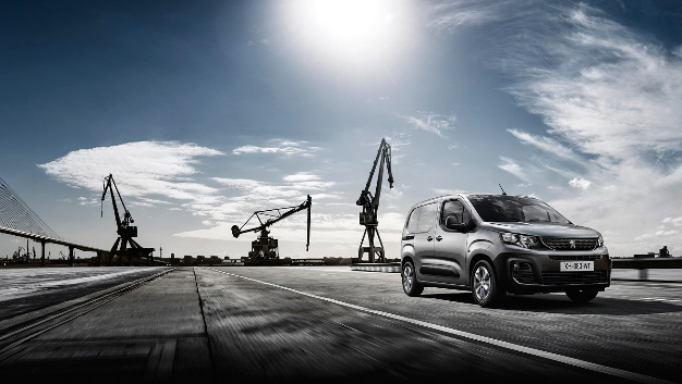 Der neue Peugeot Partner beinhaltet erstmals serienmäßig das i-Cockpit. Zudem sind Fahrerassistenzsysteme wie Surround Rear Vision und Überladewarnung integriert.
