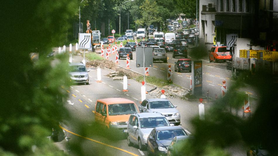 Autos fahren am Neckartor.