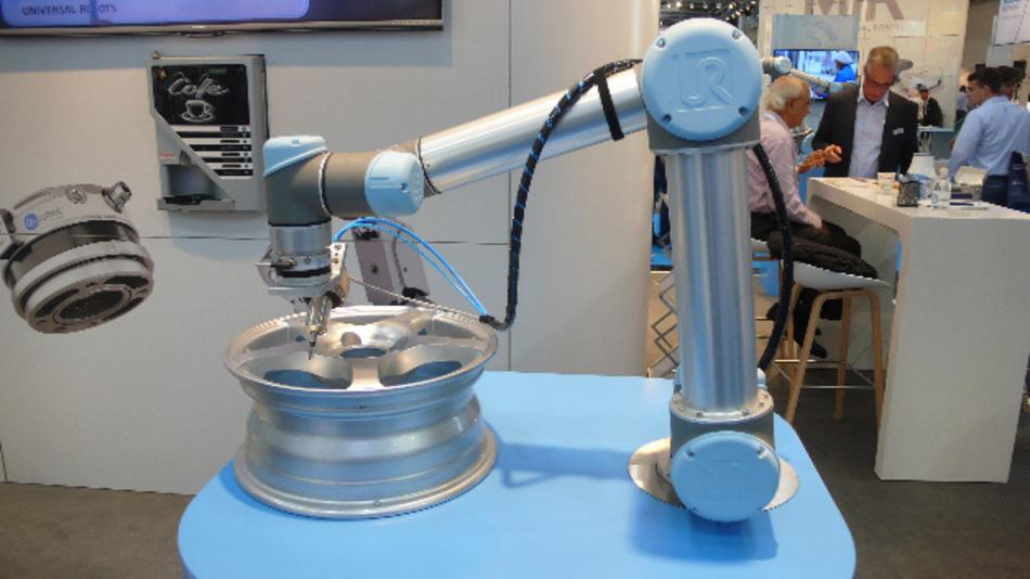 Ein Cobot von Universal Robots mit Schleifvorrichtung, gesehen auf der Messe Automatica.