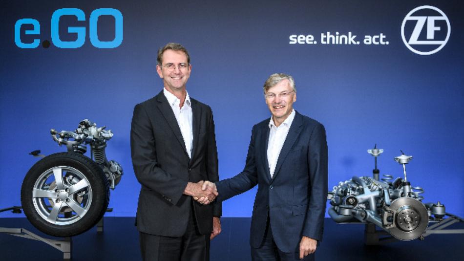 Prof. Dr. Günther Schuh (links), CEO von e.GO Mobile, und Wolf-Henning Scheider (rechts), Vorstandsvorsitzender von ZF, verkünden den Produktionsstart des Joint Ventures »e.GO Moove«.
