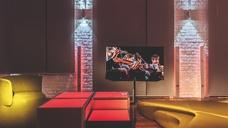 In der Manufaktur von Hartmut Cammisar entwickelte Möbel und vernetzte Komfortlösungen, präsentiert von Connected Comfort, machen die technischen Möglichkeiten moderner Gebäudeautomation unmittelbar erlebbar.