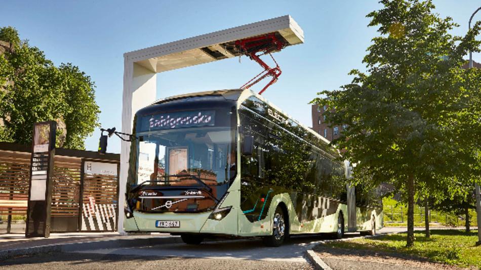 Betankung des Busses von Volvo mit Strom an einer Ladesäule.