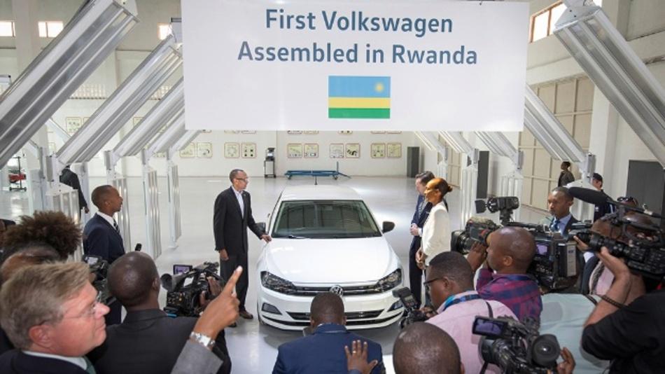 Paul Kagame, Ruanda's Präsident, Thomas Schäfer, CEO Volkswagen Group South Africa und Michaella Rugwizangoga, CEO Volkswagen Mobility Solutions Rwanda mit dem ersten VW made in Rwanda.
