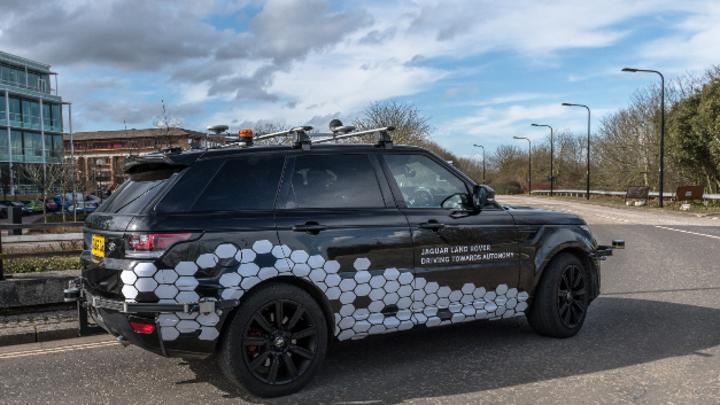 Fahrzeug von Jaguar Land Rover auf einer Straße