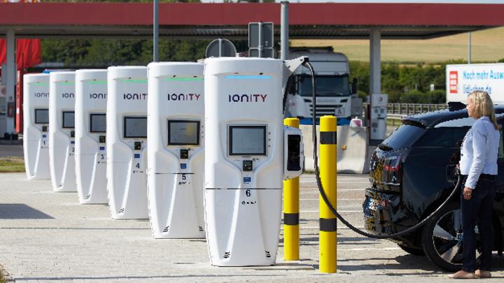 Eine Autofahrerin lädt ihr Elektroauto an der deutschlandweit ersten Ultraschnellladestation an der Raststätte Brohltal Ost an der Autobahn A61 auf