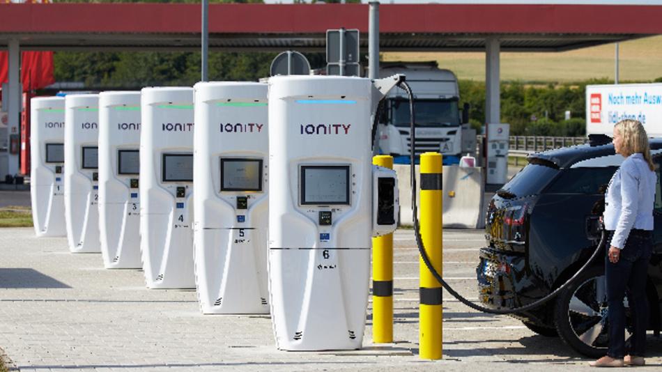 Eine Autofahrerin lädt ihr Elektroauto an der deutschlandweit ersten Ultraschnellladestation an der Raststätte Brohltal Ost an der Autobahn A61 auf.
