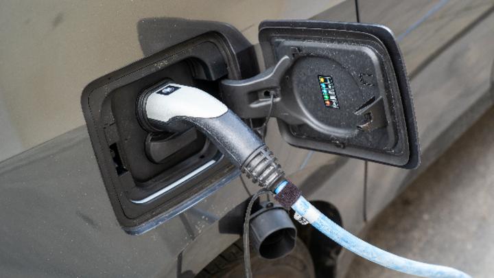 Elektroauto beim Aufladen an einer Stromtankstelle. Für Akkus von Elektroautos wird immer mehr Kobalt gebraucht - aber das Metall könnte bald knapp werden.