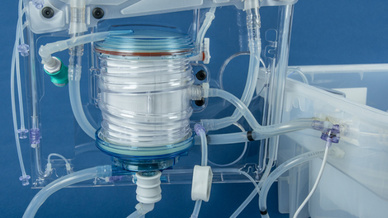Der Oxygenator ist über Silikonschläuche mit den übrigen Systemkomponenten verbunden.