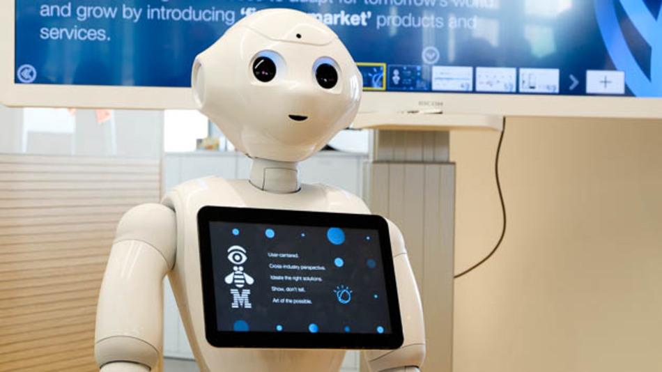 Humanoider Roboter im IBM-Watson-Entwicklungszentrum nimmt Sprachbefehle entgegen.