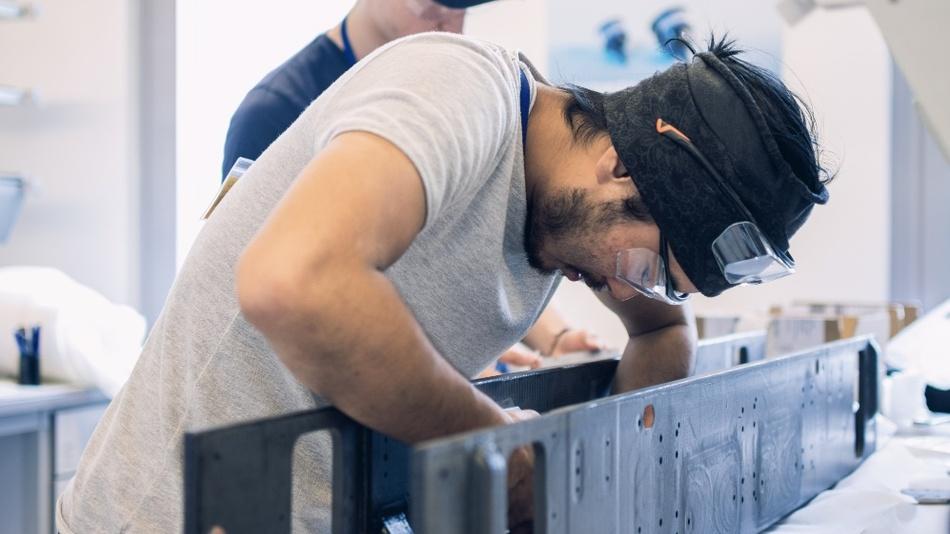 Mitglieder des WARR Hyperloop-Teams beim Verkleben des CFK-Monocoques für ihren Pod.