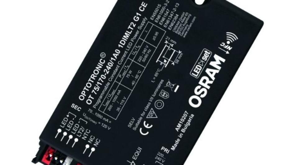 Die Treiber-Elektronik der Optronic-Familie 1DIM von Osram ist für Straßenbeleuchtung ausgelegt: Überspannungsschutz bis 10 kV für Leuchten mit Schutzklasse I und II, Ausgangsstrombereich zwischen 70 und 1050mA und eine autarke Dimmfunktion, die nicht auf die Rundsteuersignale im Stromnetz angewiesen sind, die in den Städten häufig abgeschaltet werden. Die Ausgangsleistung der LED-Treiber ist für den Leuchtenhersteller und den Installateur über NFC (Near Field Communication) setzbar. Das Limit ist dabei die maximale Ausgangsleistung. Sie liegt bei den aktuell vier verfügbaren Modellen bei 22, 40, 75 und 110 Watt. Damit kann, so das Verkaufsargument von Osram, ein Leuchtenhersteller die Anzahl der Treiber-Varianten in seinem Lager reduzieren. Konfigurierbar sind außerdem Eigenschaften wie Dimm-Profile nach Tageszeit oder in Abhängigkeit der Betriebsstunden, um trotz vermindertem Lichtstrom durch Alterungseffekte in der LED über die Betriebsdauer eine konstante Helligkeit zu erzeugen. Ein Installateur kann diese Parameter per NFC-fähigem Smartphone im Feld setzen oder alternativ mit einem NFC-Programmierer, der über gängige Funktechnik als Bridge zum Smartphone fungiert. Konfigurationsprofile einer Leuchte können als Vorlage gespeichert und auf andere Leuchten kopiert werden. Bei Treiber-Ausfall ist die Konfiguration per NFC auch ohne Stromversorgung auslesbar und auf das Ersatzgerät übertragbar – ohne für diese Option eine Cloud-Dienstleistung betreiben zu müssen. Auf welche der im Treiber integrierten Konfigurationsmöglichkeiten der Installateur tatsächlich Zugriff erhält, legt der Leuchtenhersteller während der Produktion fest.