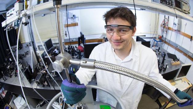 Markus Stein bereitet das Experiment vor, das die ungewöhnlichen Eigenschaften des verwendeten Halbleiters zutage förderte.
