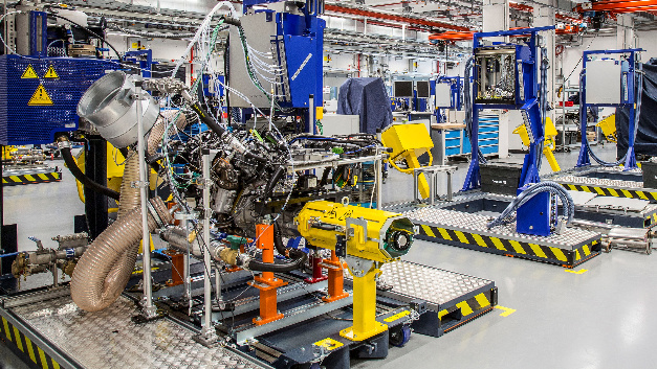 Blick in das Opel-Entwicklungszentrum, wo Triebwerke mit einem Schwebekissen in die Prüfstände einfahren und technisch auf Tests vorbereitet werden.