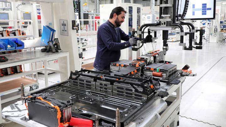 Fertigung eines Batteriesystems für den e-Golf Im VW-Werk in Braunschweig