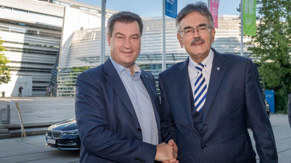 Ministerpräsident Dr. Markus Söder (links), mit dem Präsidenten der Technischen Universität München Prof. Dr. Wolfgang A. Herrmann (rechts) vor der TUM.