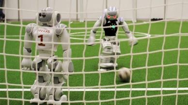 6_Nao-Roboter vor dem Tor