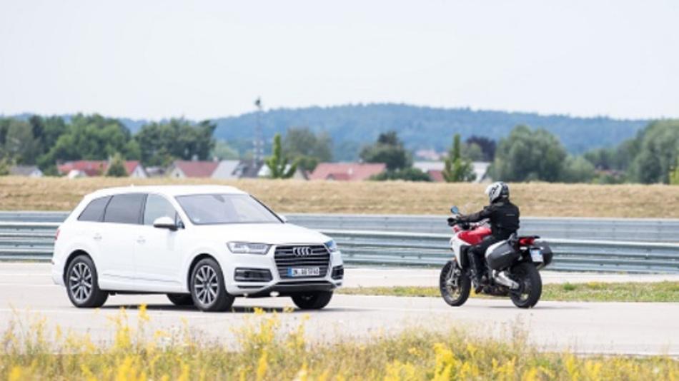 Bestandteil der Demonstration war die Kommunikation zwischen Motorrad und Auto.