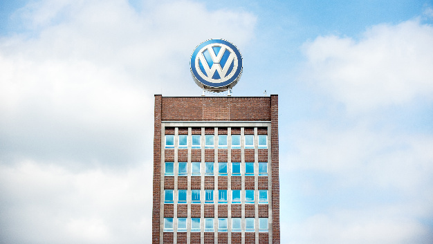 Im Diesel-Skandal dürfen die Ermittler nach einjähriger Verzögerung umfangreiche interne Unterlagen aus einer für den Autobauer Volkswagen arbeitenden Anwaltskanzlei auswerten.
