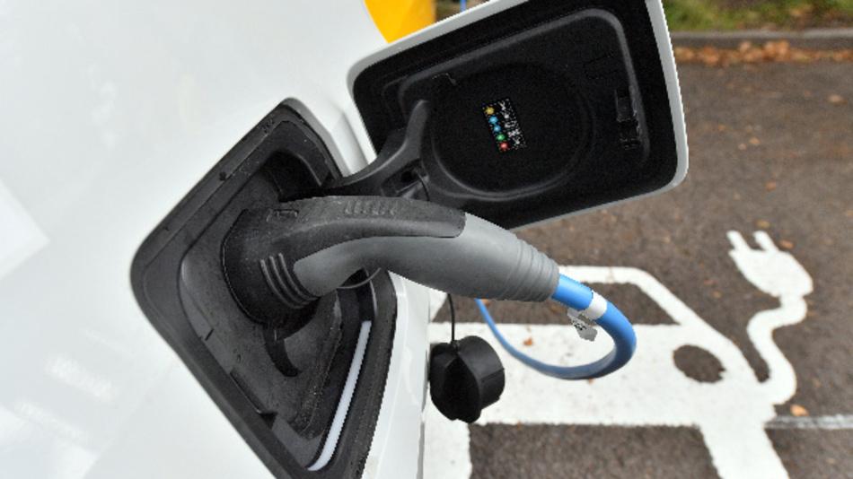 Die Unternehmensberatung PwC sieht für deutsche Autobauer keine Notwendigkeit, heute selbst Batteriezellen für Elektroautos zu bauen.