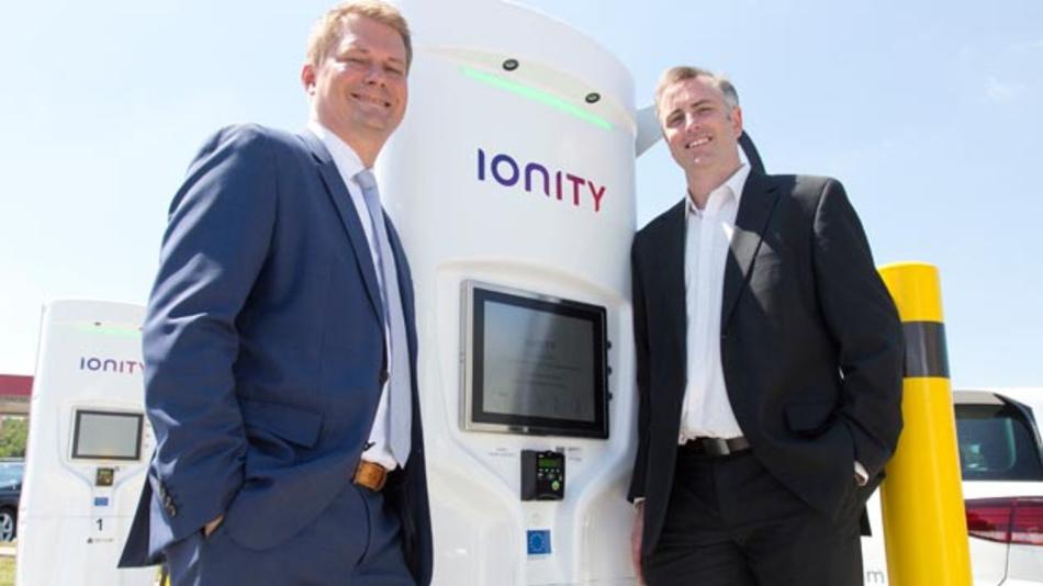 Michael Hajesch (links), CEO von Ionity, und David Finn, CEO und Gründer von Ttritium, haben eine Vereinbarung über die Ausrüstung von 100 Schnellladestandorten für Elektrofahrzeuge in Europa getroffen.